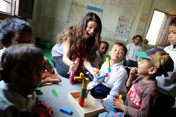 Selena-Gomez-With-Childrens-in-Nepal-rabinsxp-photo-02